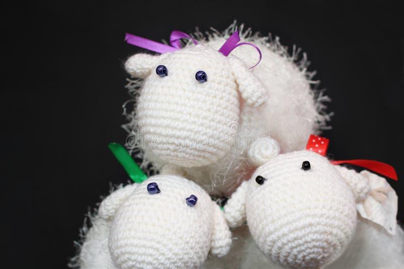 Três carneiros feitos malha foto de stock