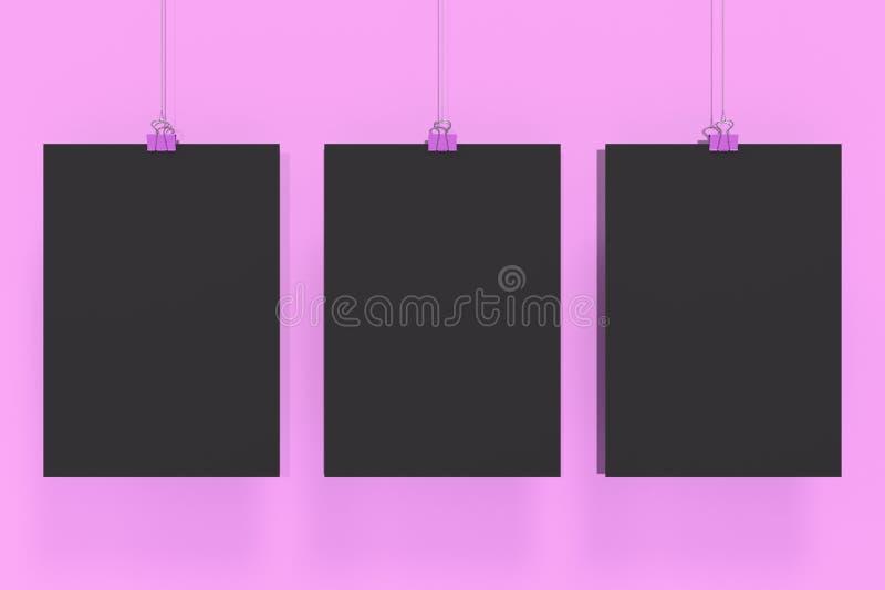 Três cartazes pretos vazios com pasta grampeiam o modelo no fundo violeta foto de stock royalty free