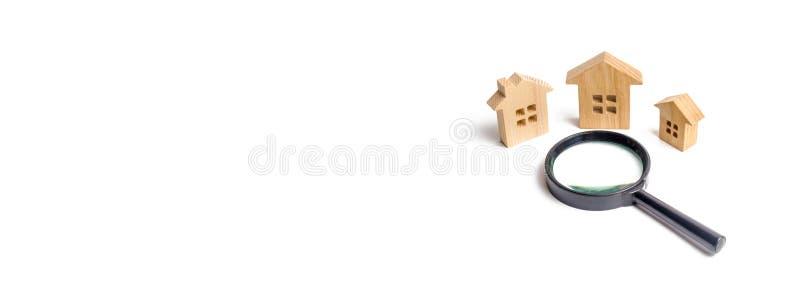 três casas de madeira em um fundo branco O conceito do planeamento urbano, projetos da infraestrutura Comprando e vendendo bens i imagens de stock royalty free