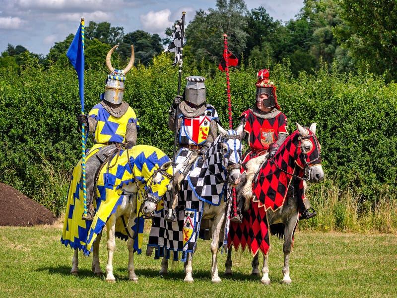 Três cavaleiros estão prontos para a re-promulgação do competiam imagens de stock royalty free