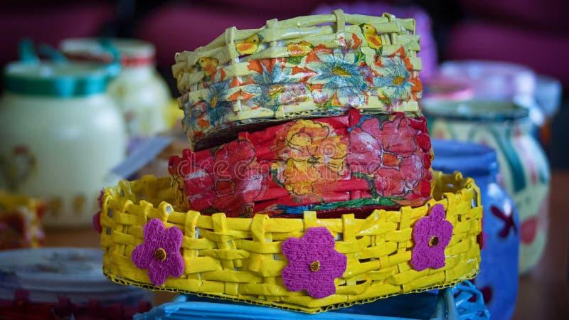 Três cestas feitos a mão coloridas foto de stock