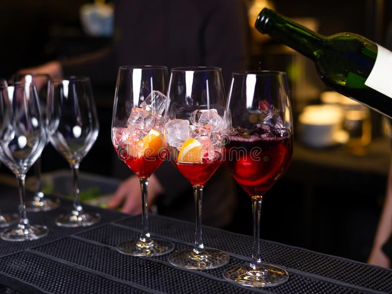 Três cocktail com vinho e gelo alaranjados na barra no restaurante imagem de stock