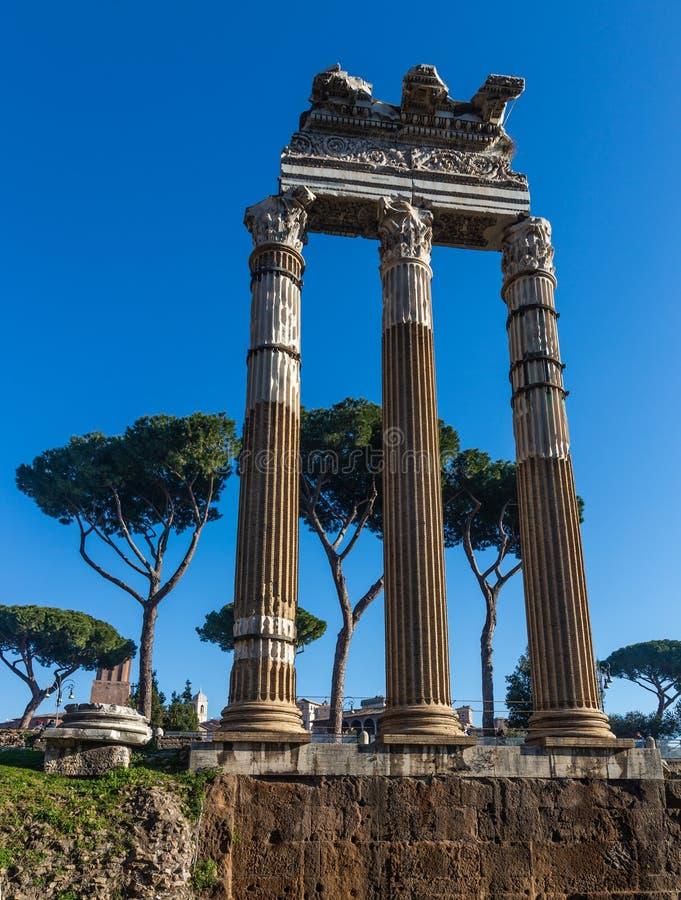 Três colunas antigas sairam sobre do fórum de Caesars, Roma, Itália imagens de stock