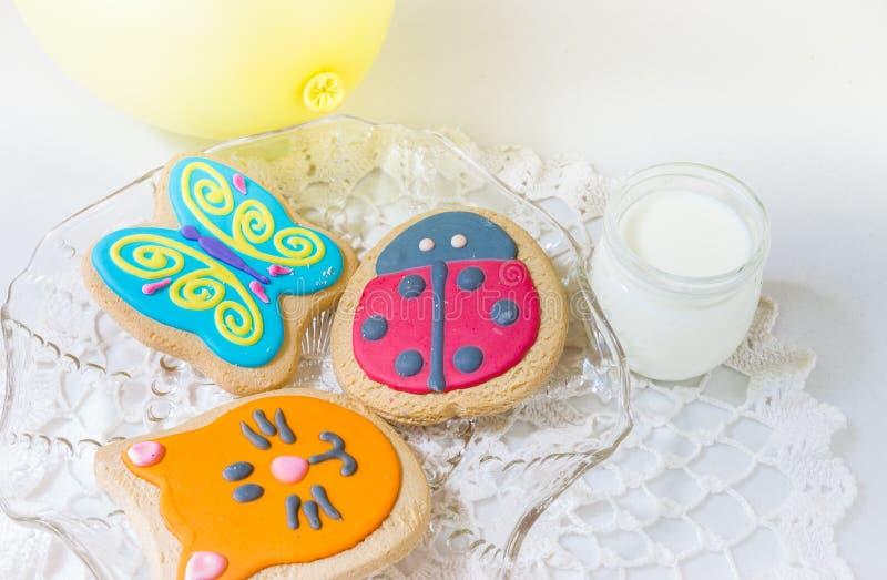 Três cookies coloridas das crianças em uma placa fotos de stock royalty free