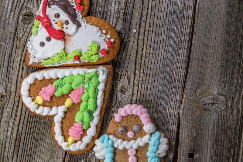 Três cookies do pão-de-espécie na madeira velha imagem de stock royalty free