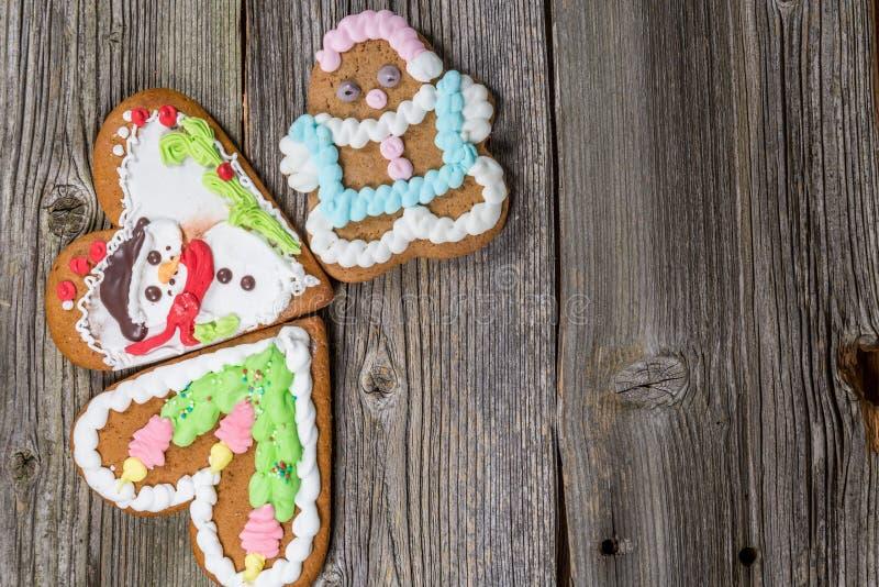 Três cookies do pão-de-espécie do Natal na tabela de madeira na tabela de madeira fotografia de stock royalty free
