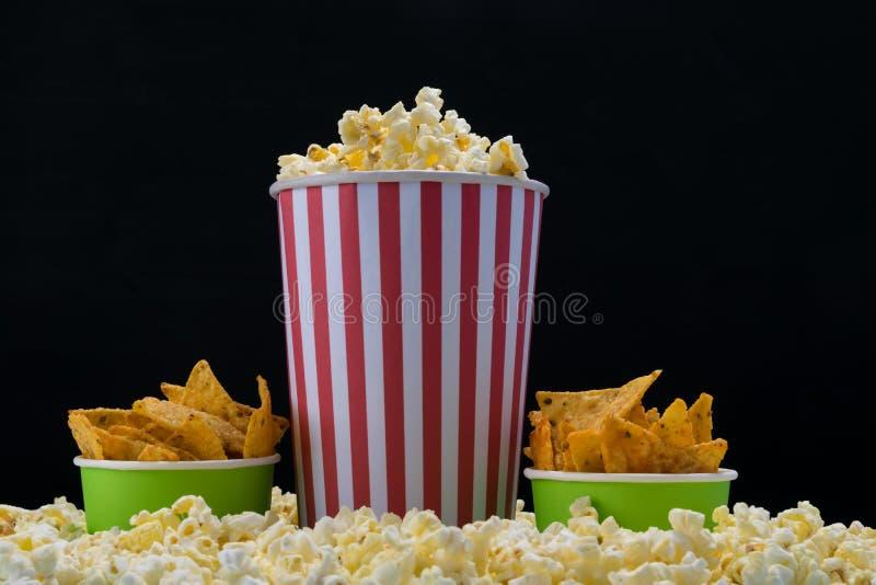 Três copos de papel do alimento da cerveja para filmes de observação imagens de stock
