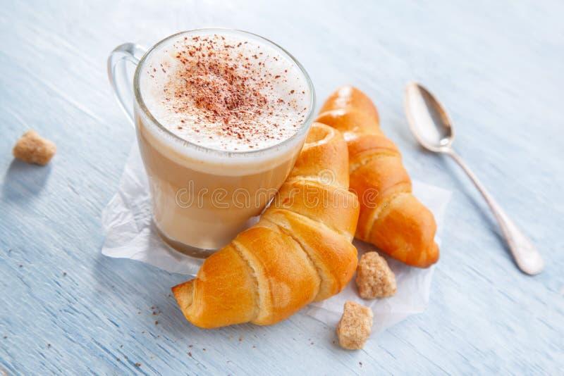 Três copos do coffe e dos croissants foto de stock royalty free