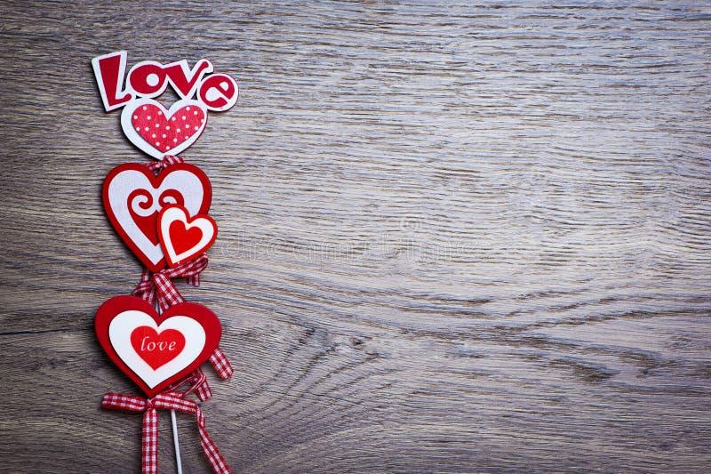 Três corações do amor - fundo da madeira do dia de Valentim imagens de stock royalty free