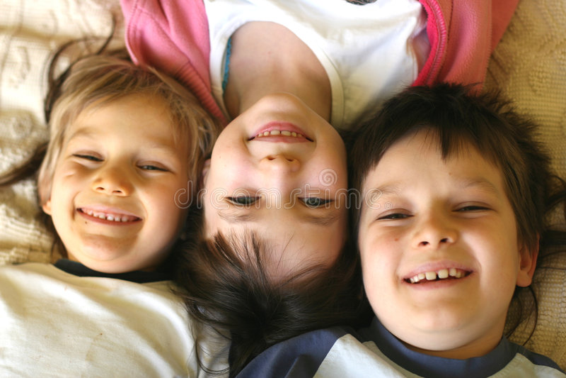 Três crianças brincalhão fotos de stock