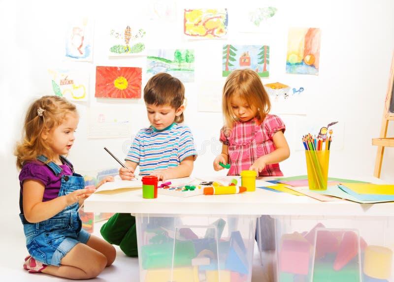 Três crianças criativas foto de stock