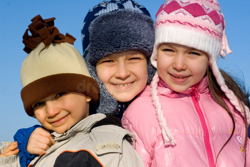 Três crianças felizes - inverno fotografia de stock