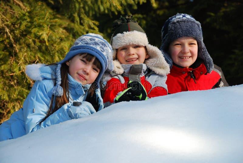 Três crianças na neve imagem de stock royalty free