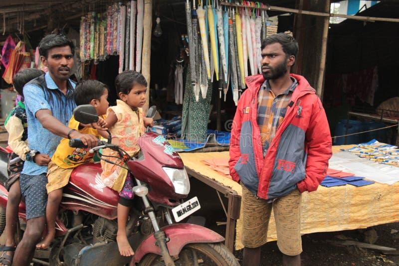 Três crianças pequenas em uma bicicleta imagem de stock