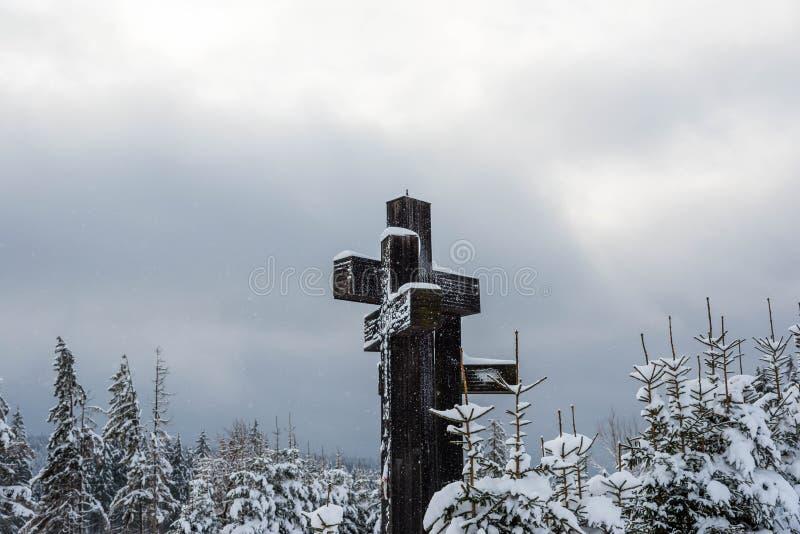 Três cruzes católicas após uma tempestade de neve pesada perto de uma floresta do pinho fotos de stock royalty free
