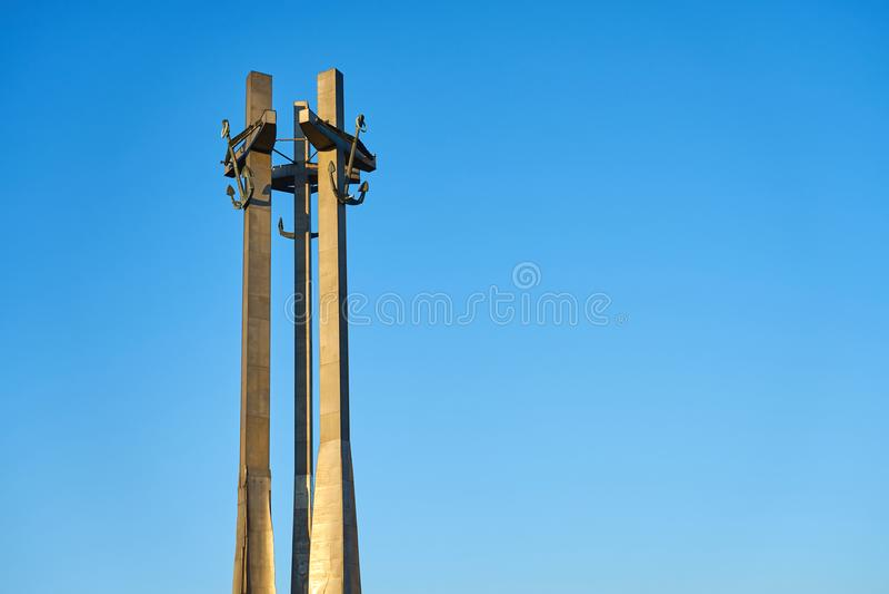 Três cruzes com âncoras, um monumento aos trabalhadores caídos do estaleiro no quadrado de Solidarnosti em Gdansk, Polônia foto de stock