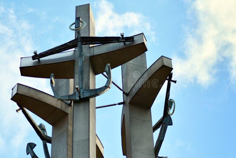 Tr?s cruzes com ?ncoras, um monumento aos trabalhadores ca?dos do estaleiro no quadrado de Solidarnosti em Gdansk imagens de stock royalty free