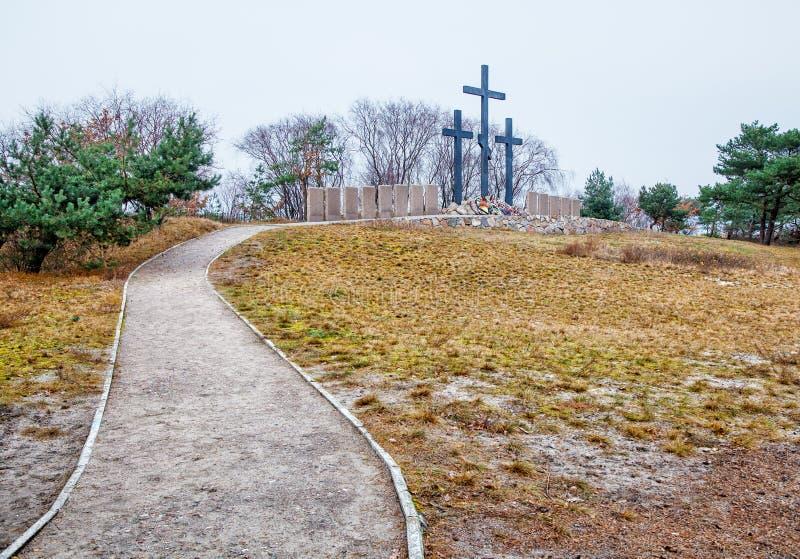 Três cruzes de pedra no cemitério velho fotografia de stock