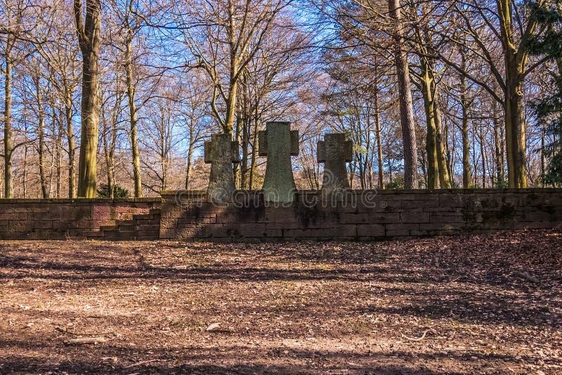 Três cruzes de pedra no EhrenFriedhof foto de stock