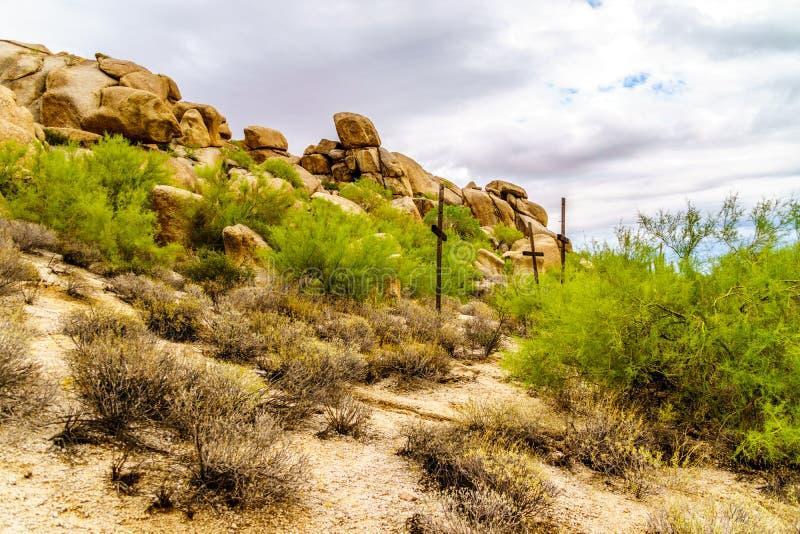 Três cruzes em um montanhês em um deserto ajardinam imagens de stock royalty free