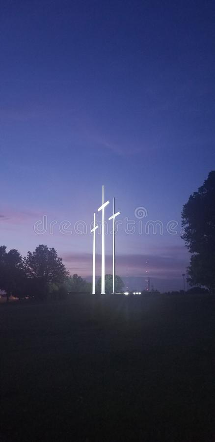 Três cruzes estão contra o nivelamento do céu fotos de stock royalty free