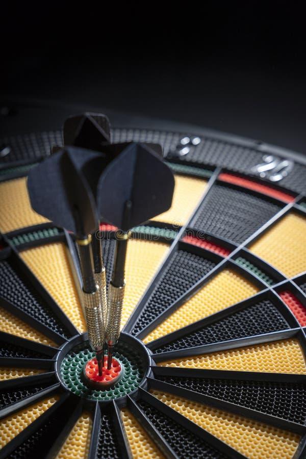 Três dardos no bullseye do alvo imagem de stock royalty free