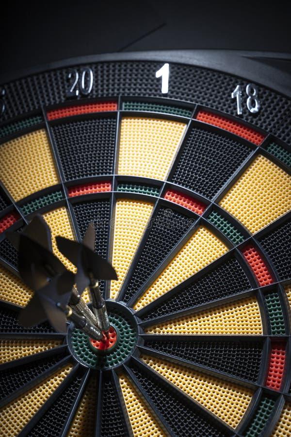 Três dardos no bullseye do alvo fotos de stock royalty free