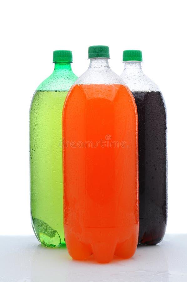 Três dois frascos de soda do litro no contador molhado imagem de stock