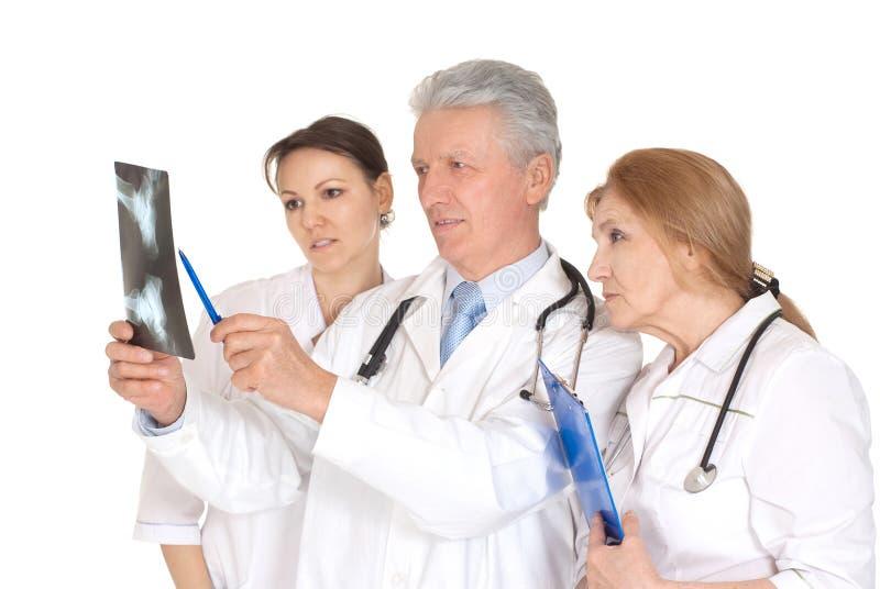 Três doutores agradáveis com raio X imagens de stock royalty free