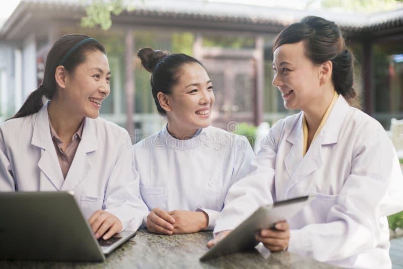 Três doutores Working em um pátio fotos de stock royalty free
