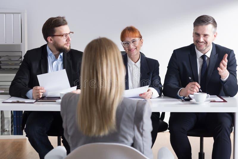 Três empregadores satisfeitos do candidato novo foto de stock royalty free