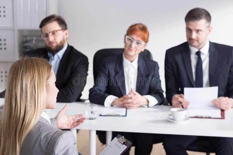 Três empresários durante a entrevista de trabalho com interno imagem de stock