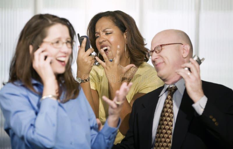 Três empresários em telefones de pilha fotos de stock