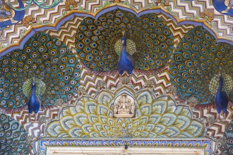 Três esculturas dos pavões no a parte superior da porta foto de stock royalty free