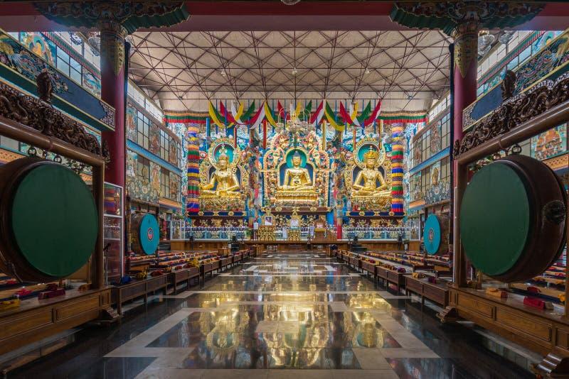 Três estátuas douradas dentro de Vihara no budista Monast de Namdroling fotos de stock royalty free