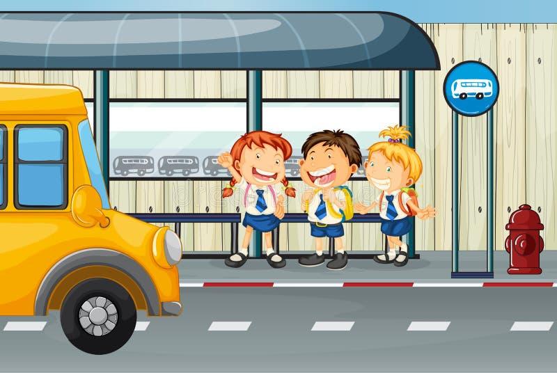 Três estudantes que esperam o ônibus na parada do ônibus ilustração stock