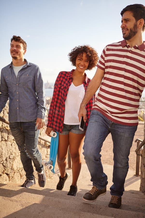 Três etapas de ascensão dos amigos com sorrisos fotografia de stock royalty free