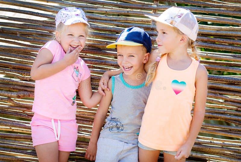 Três felizes poucas crianças em uma caminhada imagens de stock