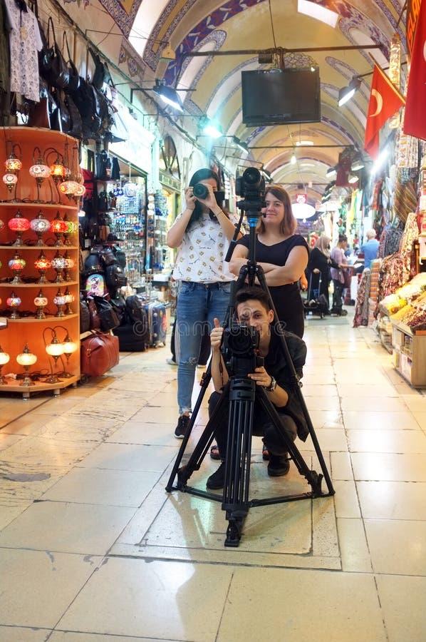 Três fotógrafo que disparam dentro imagens de stock