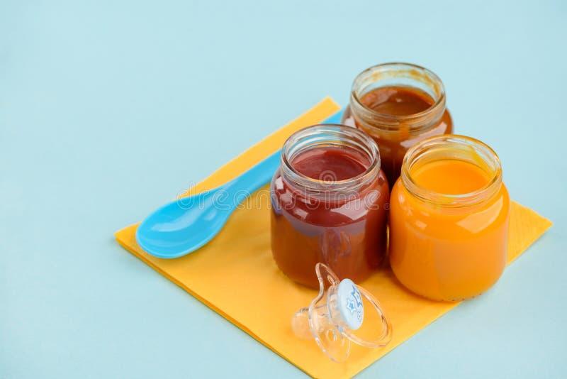Três frascos do comida para bebé fotografia de stock