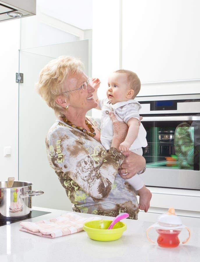 Três gerações na cozinha imagens de stock