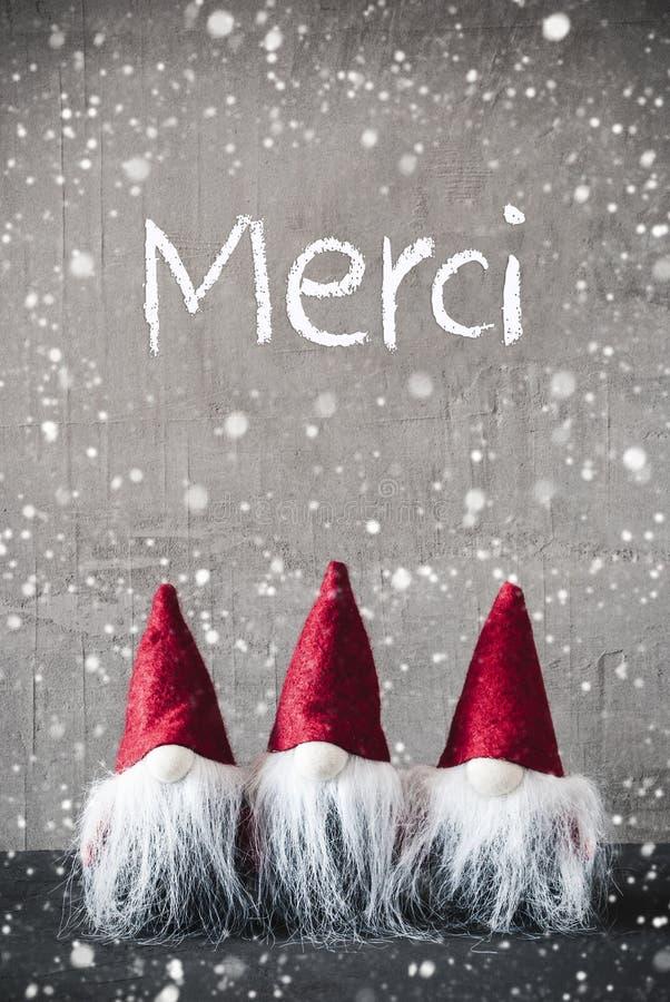 Três gnomos vermelhos, cimento, flocos de neve, meios de Merci agradecem-lhe fotografia de stock royalty free