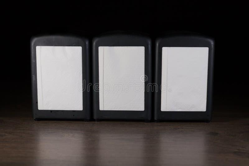 Três guardanapo em uma tabela e em uma reflexão de madeira imagem de stock royalty free