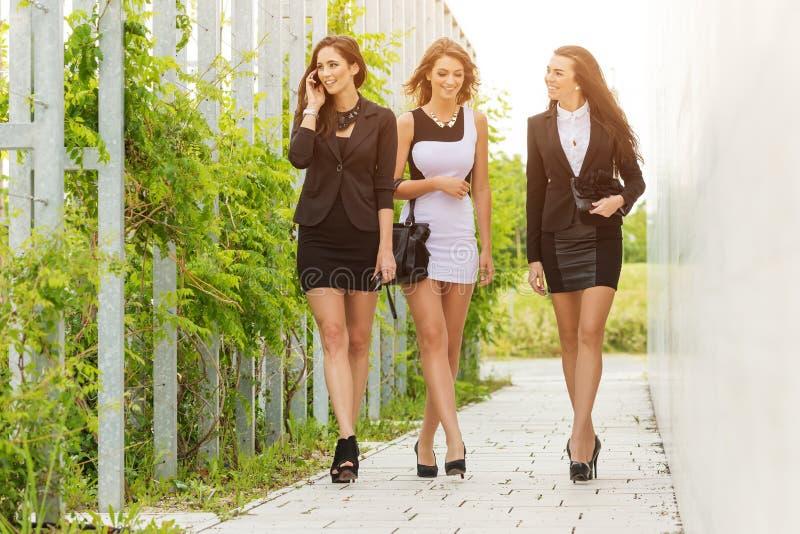 Três importantes e mulher de negócio bem sucedida que anda abaixo da rua imagens de stock