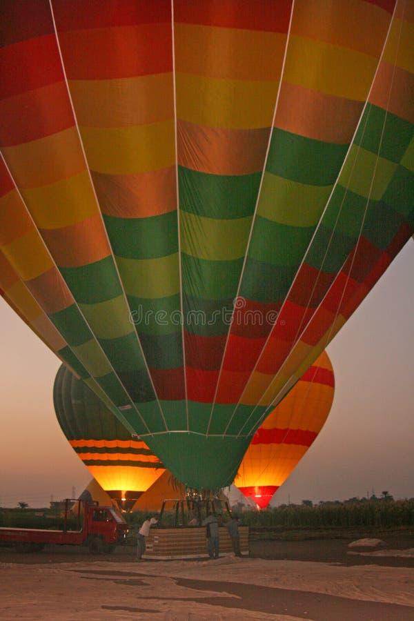 Três inflaram o ballon do ar quente inflado no alvorecer em Egito, preparando-se para a decolagem imagens de stock