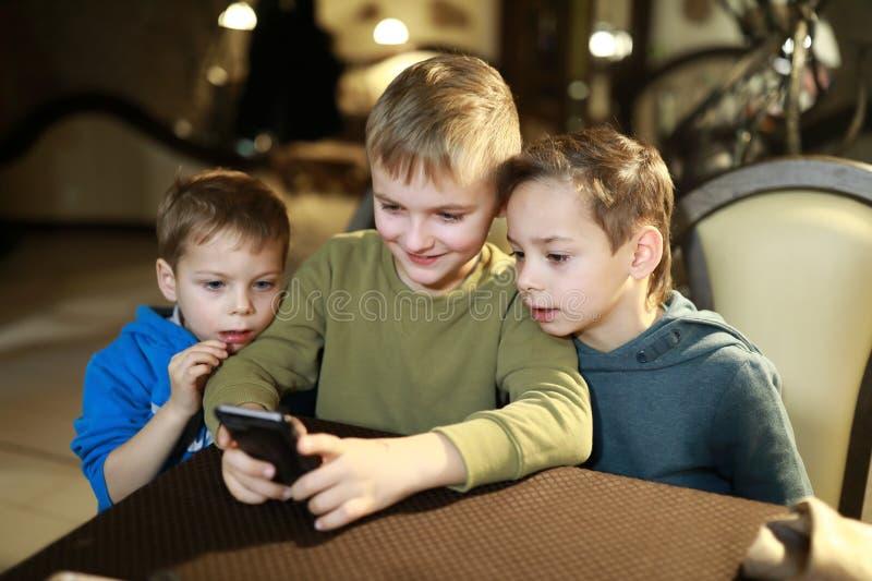 Três irmãos no café fotografia de stock
