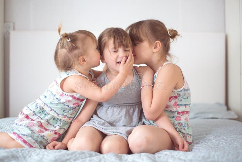 Três irmãs do irmão no interior real, estilo de vida fotos de stock