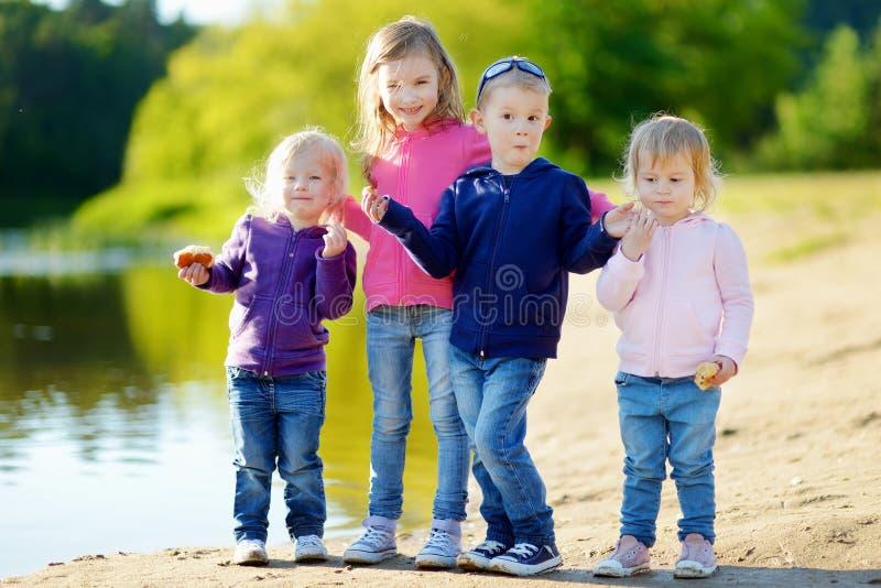 Três irmãs e seu irmão que têm o divertimento imagem de stock