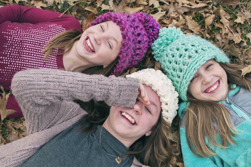 Três irmãs que vestem chapéus feitos crochê imagem de stock