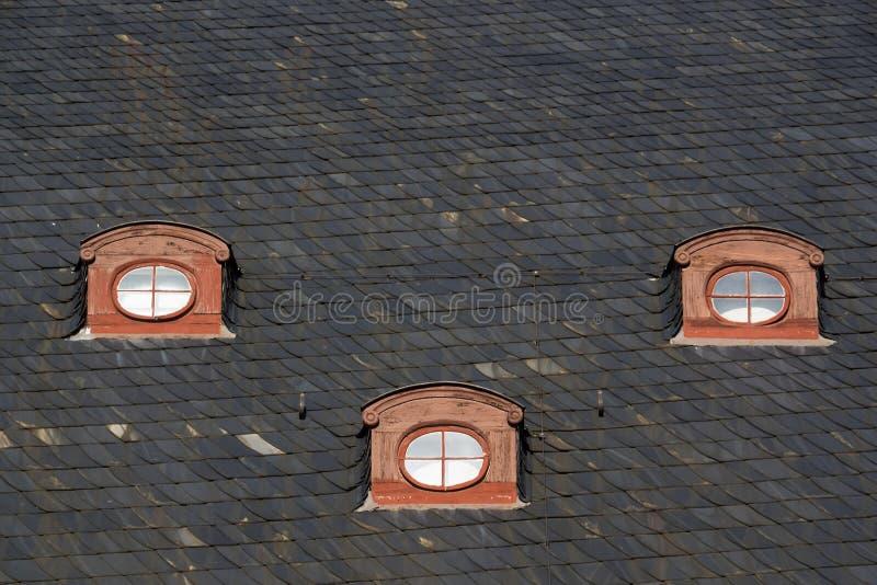 Três janelas do telhado da câmara municipal da cidade Quedlinburg, Alemanha imagem de stock